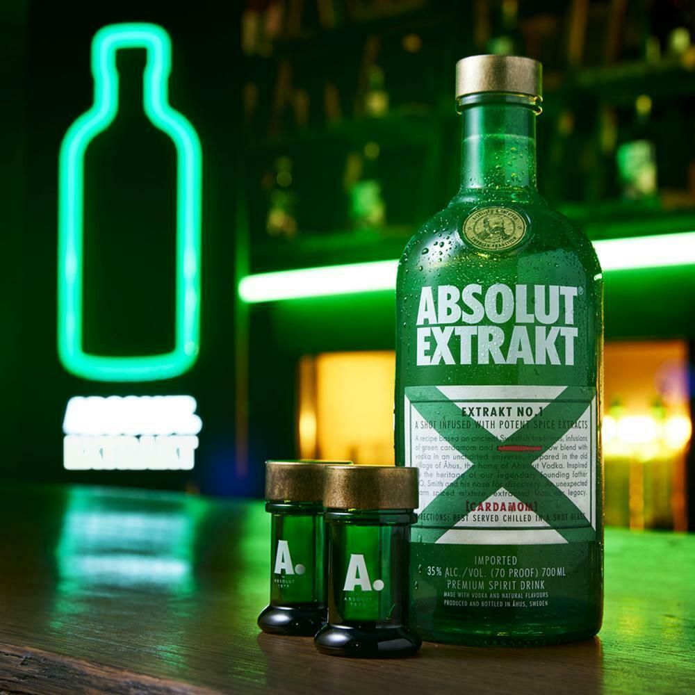 Bild zu Absolut Vodka Extrakt in Geschenkverpackung mit 4 Shotgläsern für 23,85€ (Vergleich: 28,99€)