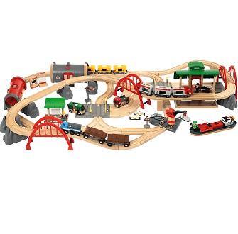 Bild zu BRIO Straßen & Schienen Bahn Set Deluxe (33052) für 149,99€ (Vergeich: 177,92€)