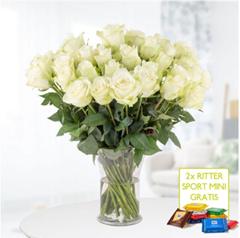 Bild zu Blumenshop: Blumenstrauß mit 40 Weißen Rosen (40cm) und 2 Ritter Sport Minis für 24,90€