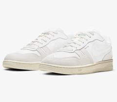 Bild zu Nike Squash-Type Herrenschuh Weiß/Platinum für 44,78€ (Vergleich: 59,99€)